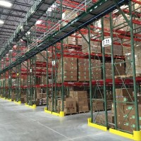 Warehouse shelving system with overhead conveyor